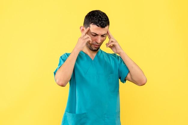 医師の側面図コロナウイルスに対するワクチンは人々の回復に役立つと医師は考えています 無料写真