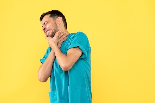 Вид сбоку врач-специалист подскажет, что делать, если у вас болит горло Бесплатные Фотографии