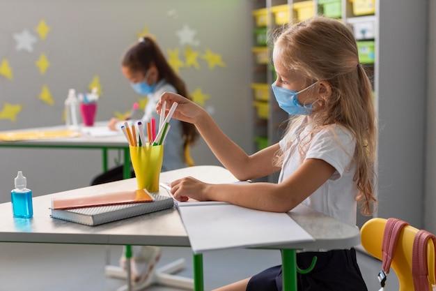 Вид сбоку обратно в школу во время пандемии Бесплатные Фотографии