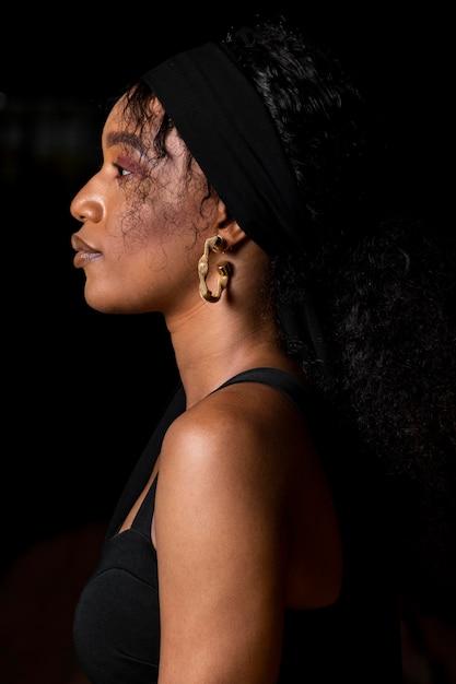 Вид сбоку красивая африканская женщина Бесплатные Фотографии