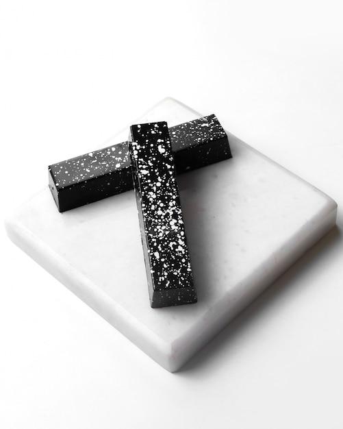 Вид сбоку черный шоколад в белом пятнышке на белой подставке Бесплатные Фотографии