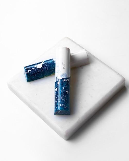 Вид сбоку синий белый шоколад в белом пятнышке на белой подставке Бесплатные Фотографии