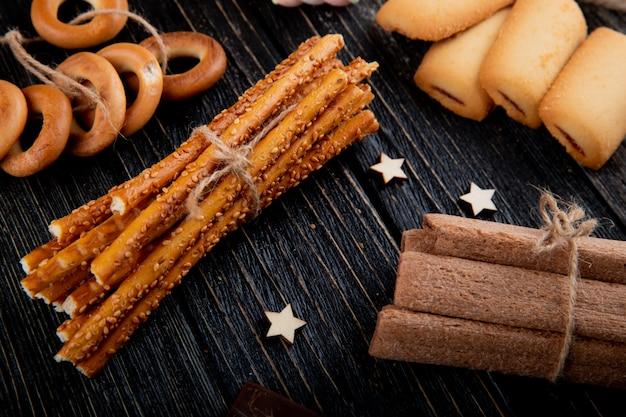 Вид сбоку хлебные палочки с печеньем сухие бублики и кукурузные палочки Бесплатные Фотографии
