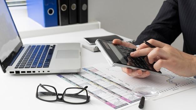 財務数値を計算する側面図ビジネスマン 無料写真