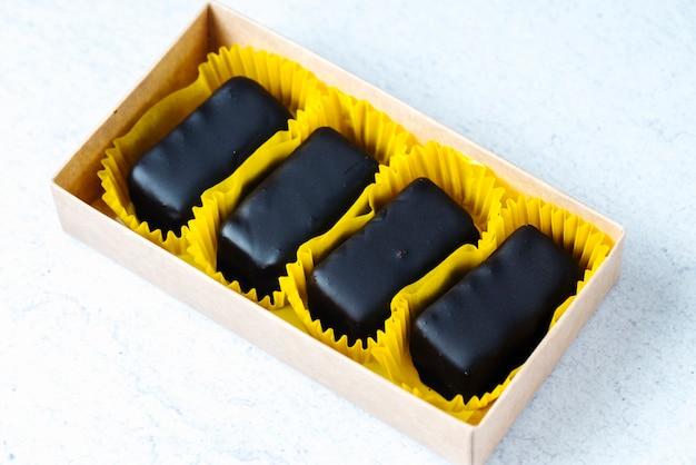 ボックスに黄色のラッパーでチョコレートのお菓子の側面図 無料写真