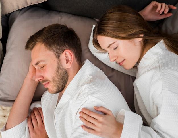 Vista laterale delle coppie nel sonno degli accappatoi Foto Gratuite