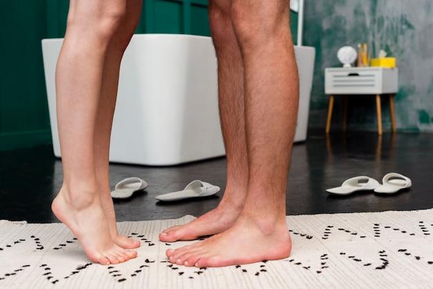 Vista laterale delle gambe coppia con pantofole Foto Gratuite