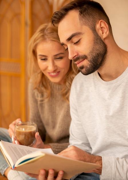 Пара, читающая вместе Premium Фотографии
