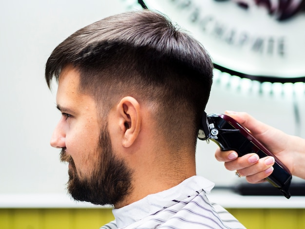 Side view customer waiting for a haircut Free Photo