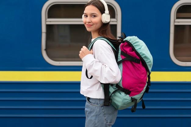 철도 역에서 측면보기 귀여운 소녀 무료 사진