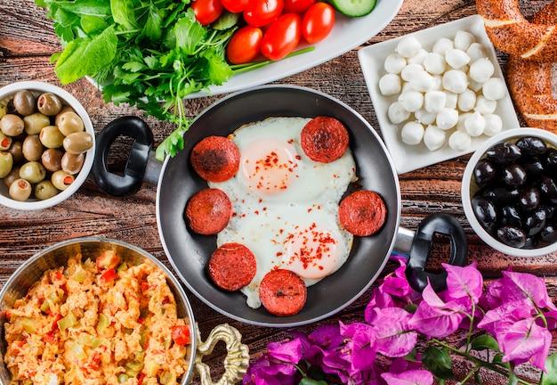 木の表面にサラダ、漬物、花が付いている鍋で側面図おいしい食事 無料写真