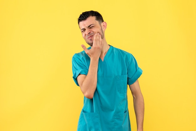 Vista laterale un medico un medico parla di cosa fare se la mascella fa male Foto Gratuite