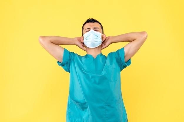 Vista laterale un dottore un dottore pensa alla pandemia di coronavirus Foto Gratuite