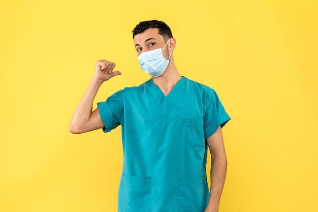 Vista laterale un medico specialista in malattie infettive sta parlando di infezione da coronavirus Foto Gratuite