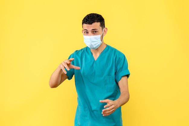 Vista laterale di un medico specialista in malattie infettive che parla di covid- Foto Gratuite