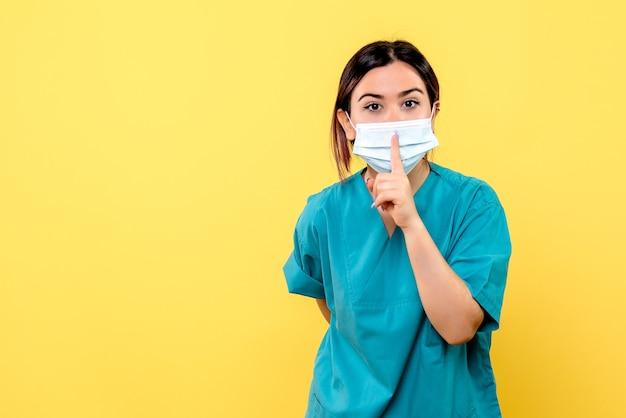 La vista laterale di un medico conosce i sintomi del coronavirus Foto Gratuite