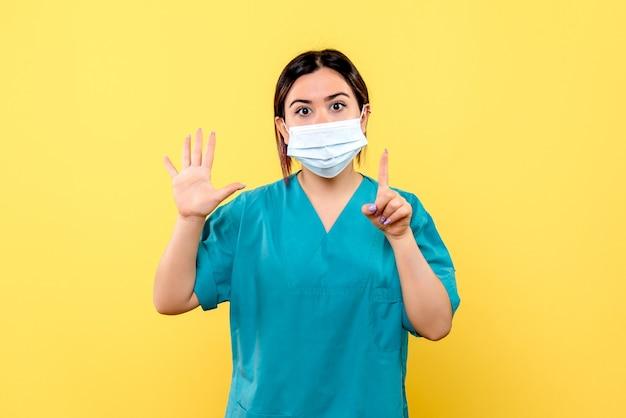 La vista laterale di un medico in maschera incoraggia le persone a lavarsi le mani Foto Gratuite