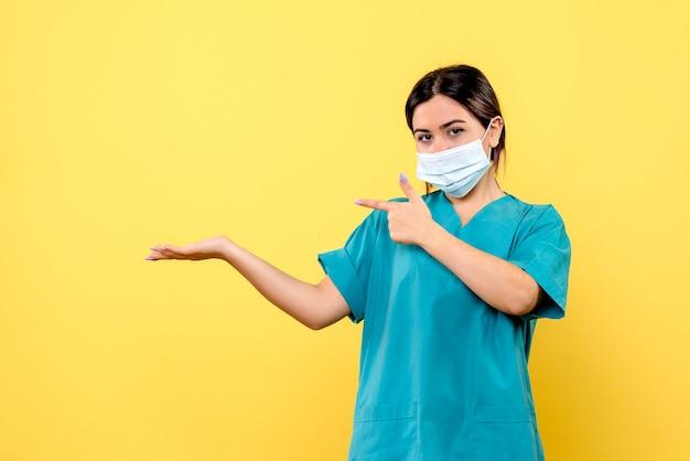 Vista laterale di un medico in maschera sta parlando di covid Foto Gratuite
