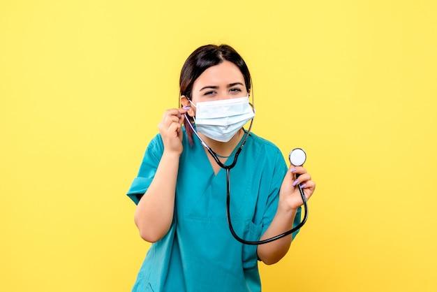 Vista laterale del medico indossa la maschera Foto Gratuite