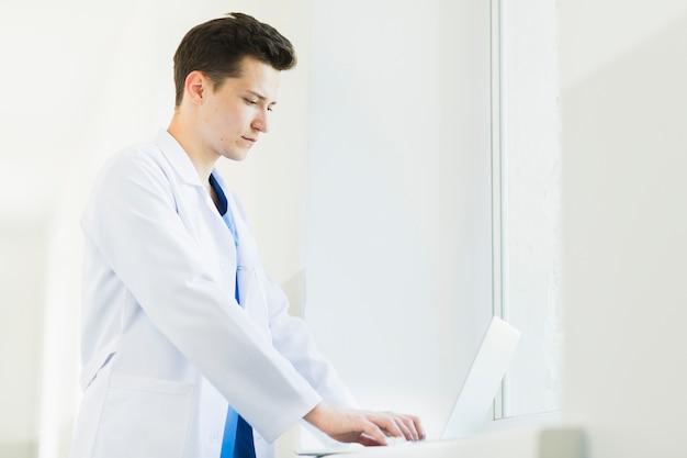 Side view of doctor with laptop Free Photo