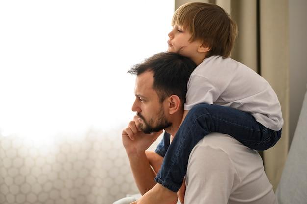 Вид сбоку отец держит сына Бесплатные Фотографии