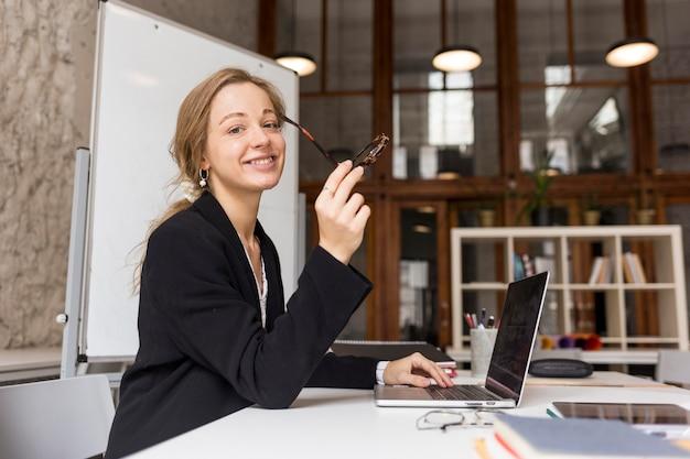 Вид сбоку учительница с ноутбуком Premium Фотографии