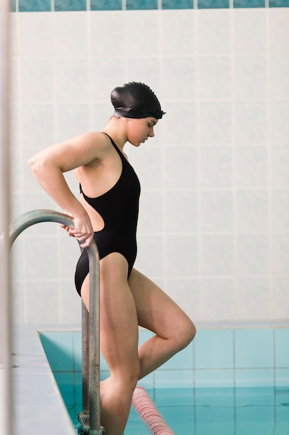 Side view of fit swimmer Free Photo