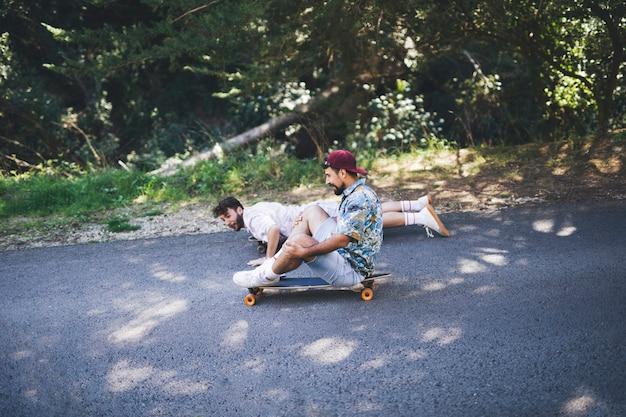 Side view of friends skateboarding Free Photo