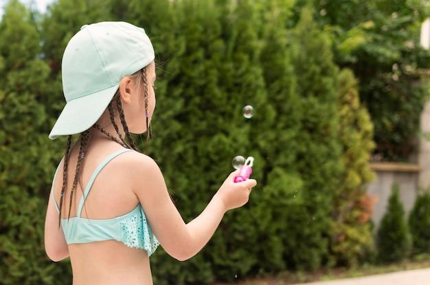 シャボン玉を作る女の子 無料写真