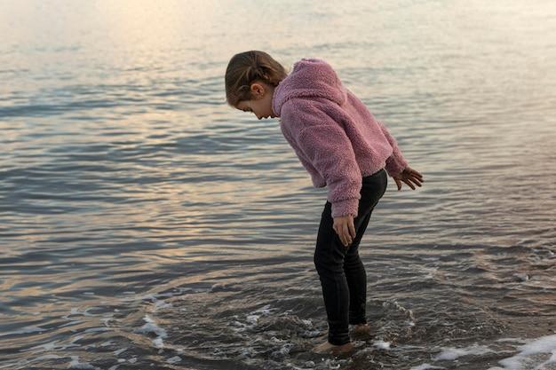 물에서 노는 측면보기 소녀 프리미엄 사진