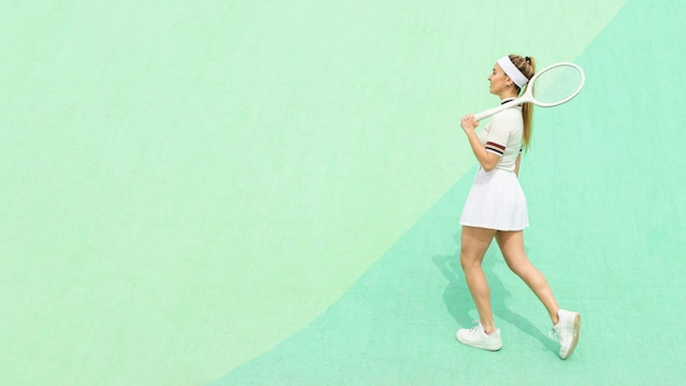Side view girl with tennis racket on a tennis field Free Photo