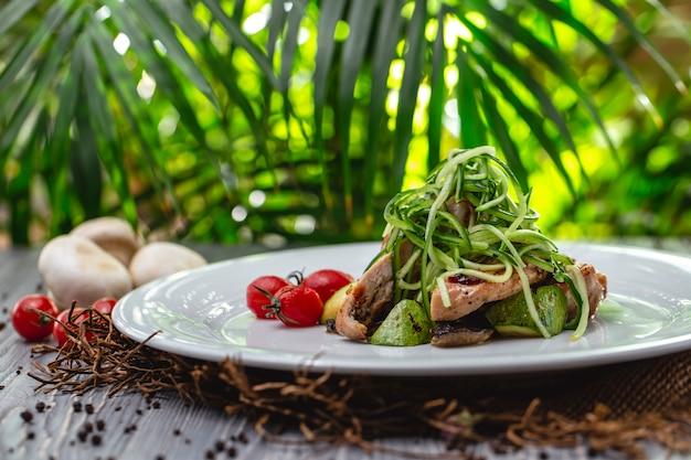 측면에 토마토 호박 버섯과 오이와 치킨 구이 치킨 무료 사진