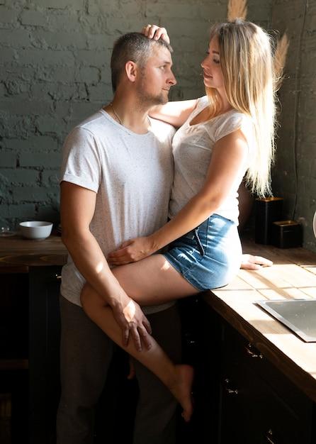サイドビュー幸せなカップルがお互いを見て 無料写真