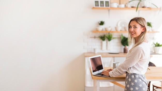 Вид сбоку счастливая женщина работает Бесплатные Фотографии
