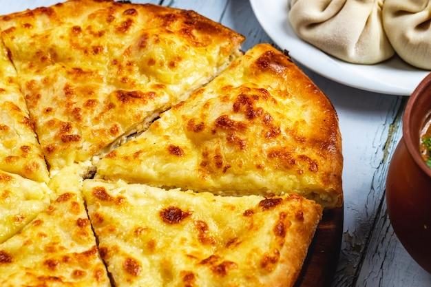 テーブルの上のチーズとサイドビューイメレチアンkhachapuri 無料写真