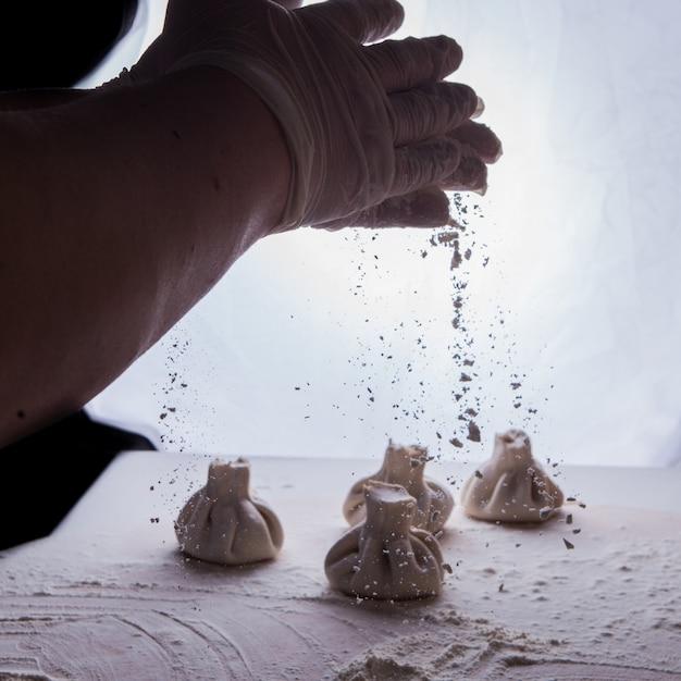 小麦粉と人間の手で側面ビューヒンカリ 無料写真