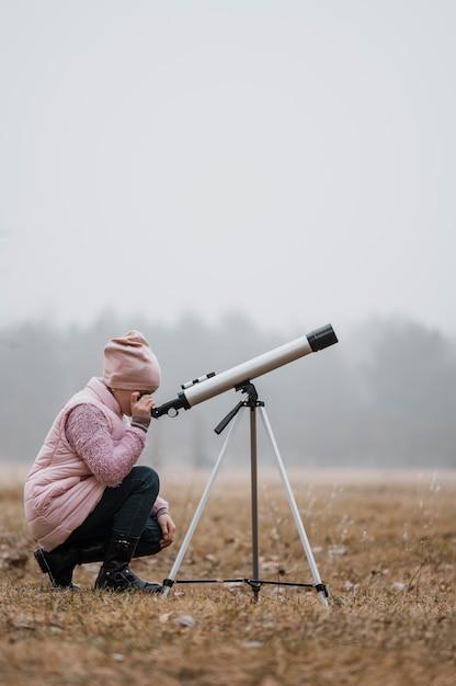 외부 망원경을 사용하는 측면보기 아이 무료 사진