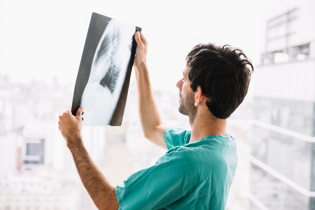 Side view of a male doctor looking at x-ray Free Photo