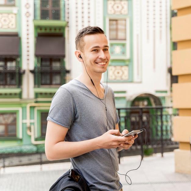 Боковой вид человек слушает музыку Бесплатные Фотографии