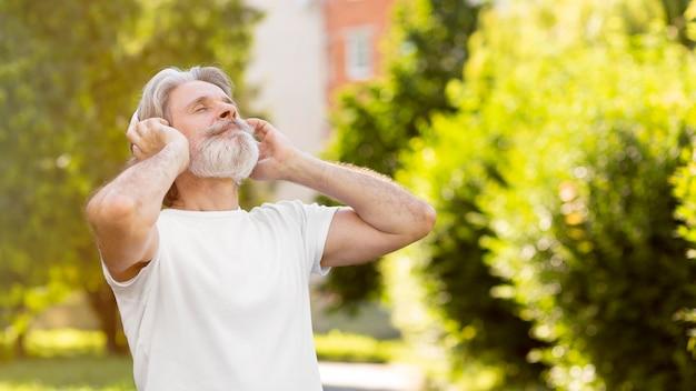 Uomo di vista laterale che ascolta la musica Foto Gratuite