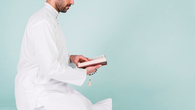 Side view of man reading in quran Free Photo