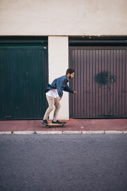 Side view of man skateboarding Free Photo