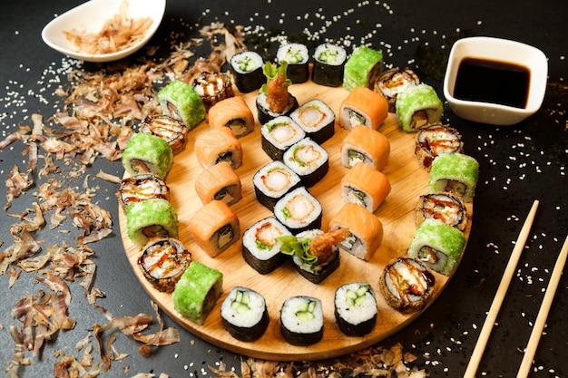 Микс суши-роллов на подносе, вид сбоку с имбирем васаби и соевым соусом Бесплатные Фотографии