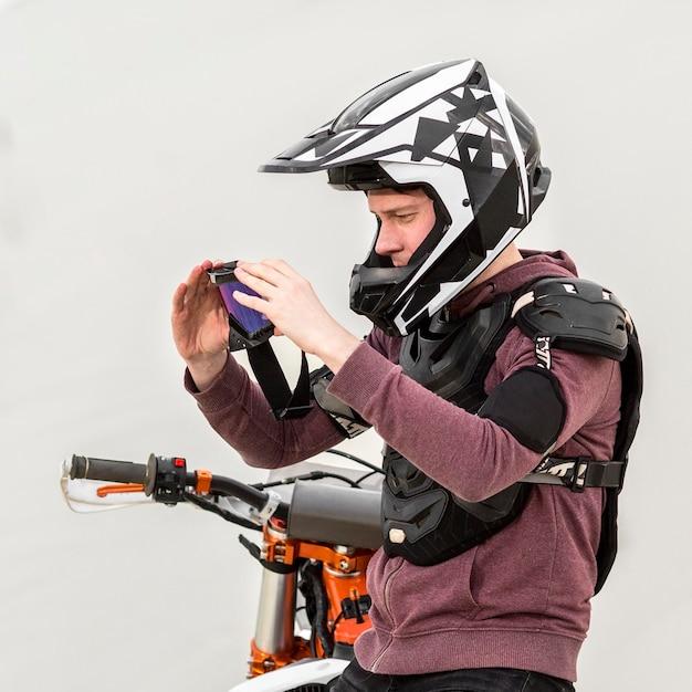 ヘルメットをかぶったサイドビューバイクライダー 無料写真