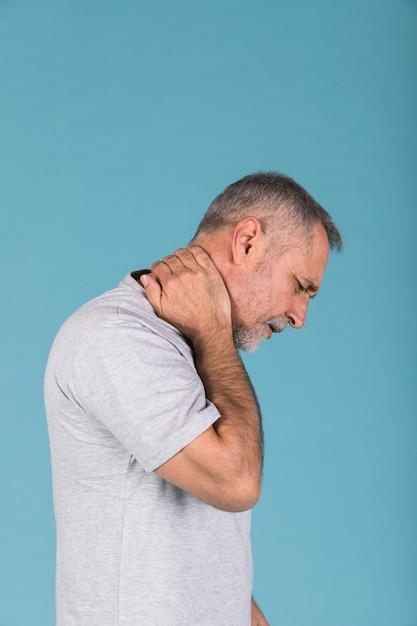 Вид сбоку зрелого человека, страдающего от боли в шее Бесплатные Фотографии