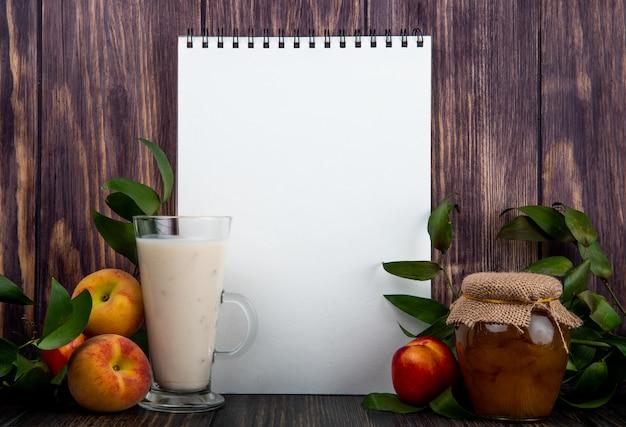 Вид сбоку альбом с йогуртом в стекле свежие спелые персики и мед в стеклянной банке на деревенский деревянный столик Бесплатные Фотографии