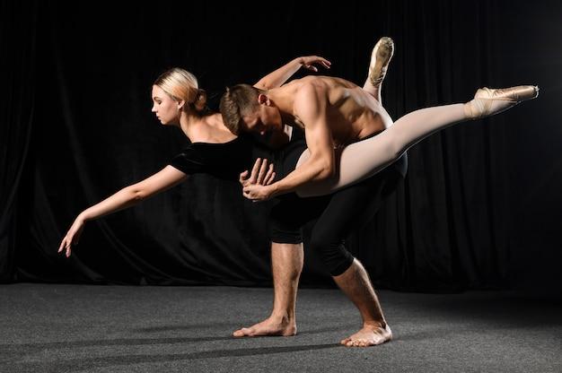 レオタードで踊るバレエカップルの側面図 無料写真