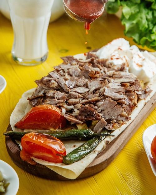 Вид сбоку говяжий донер кебаб на тарелке с овощами гриль Бесплатные Фотографии