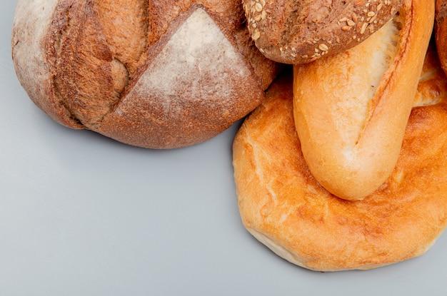 青い表面に種子の穂軸とベトナムのバゲットタンディールとしてパンの側面図 無料写真