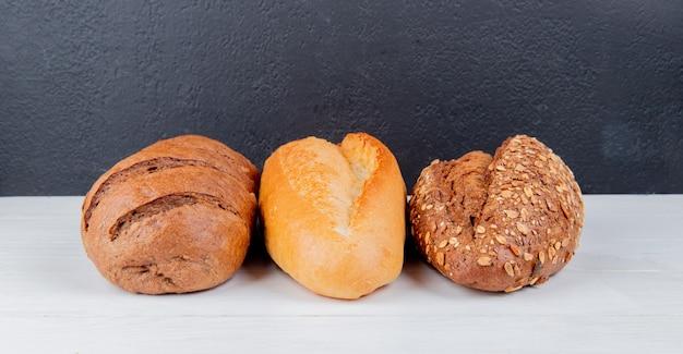 シードの黒と白のベトナムのパンと木製の表面とコピースペースを持つ黒の表面に黒のパンとしてのパンの側面図 無料写真